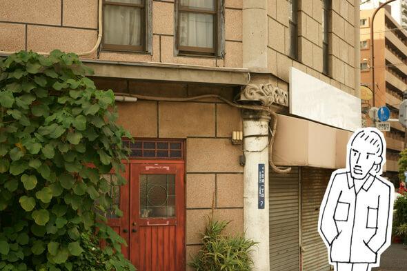 フランス窓風な長い窓や柱のモチーフもかっこいいマンション