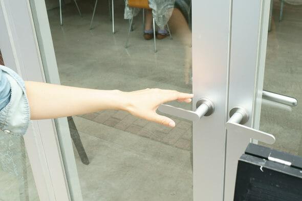 扉に手を掛けようとして、ドキッ!