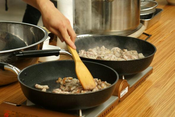 フライパンで豚バラをこんがりと炒める