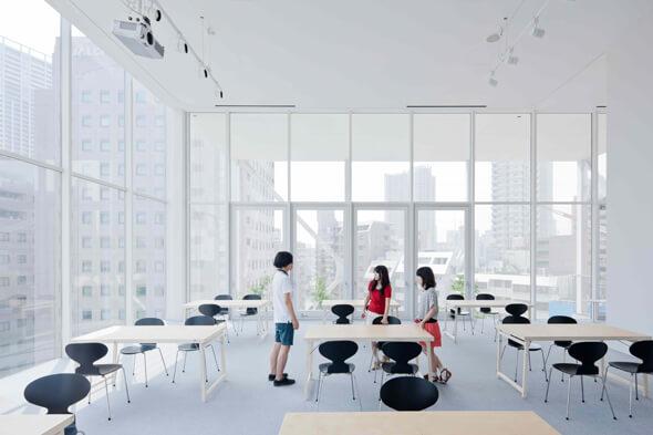 めちゃくちゃ天井が高くて浮遊感のある5階フロア