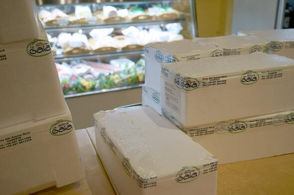 箱に入ったチーズが続々と店内へ