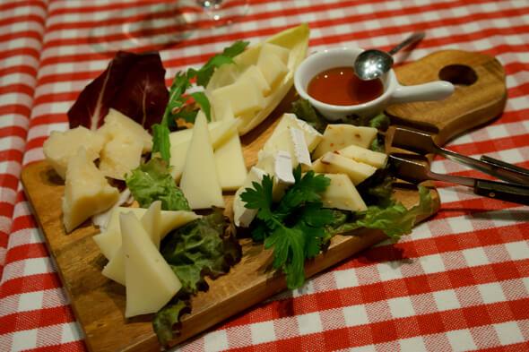 可愛らしく盛り付けられたイタリアのチーズたち