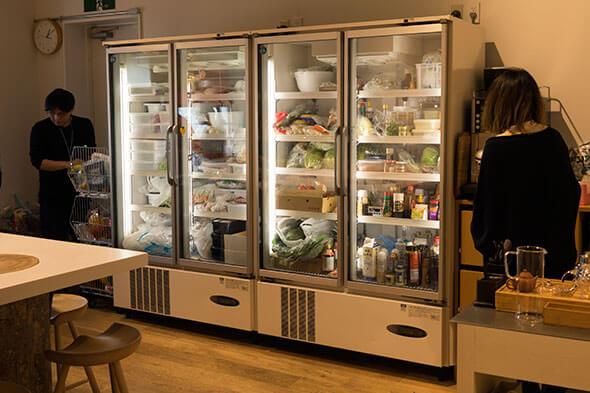 どーん!と巨大な業務用冷蔵庫が2つも