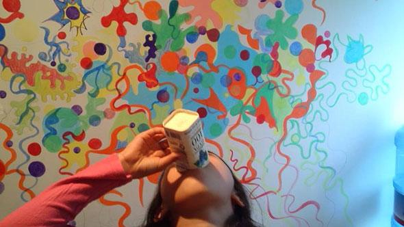 しゅんさくさんが描いている壁画