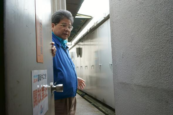関係者以外お断りの扉を開けて外に出て・・