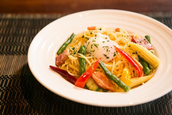 ピリッとした辛味も温泉卵のまろやかさも味わえるペペロンチーノ