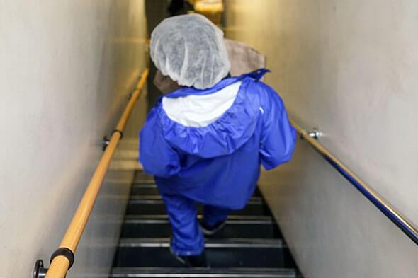 急な階段を降りて一階へ